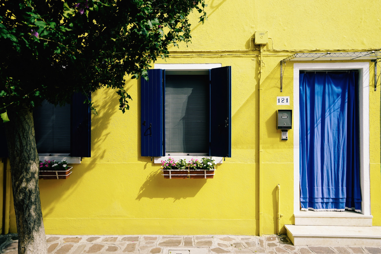 burano-yellow-facade-dante-vincent-photography