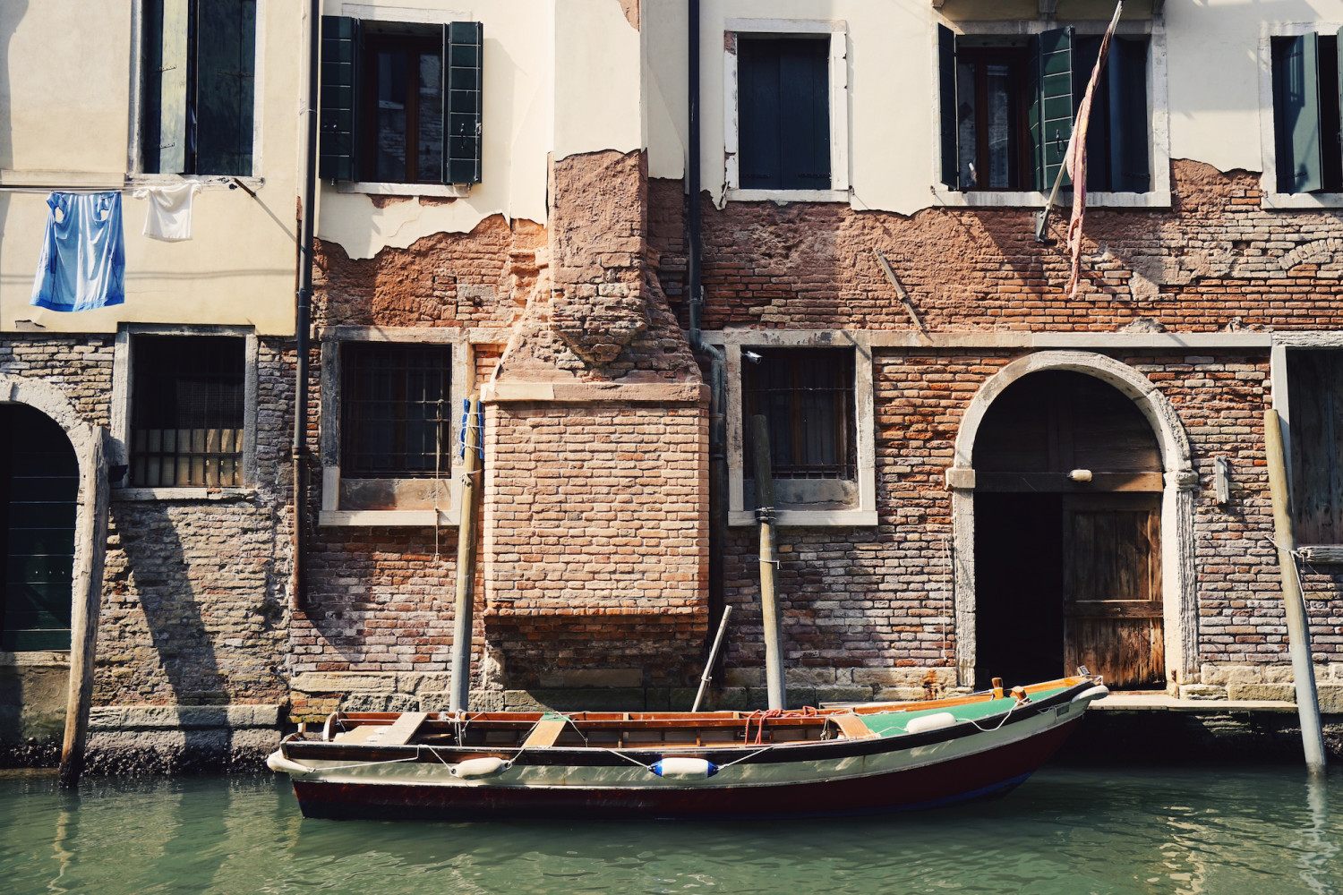 venice-boat-crumbling-facade-dante-vincent-photography