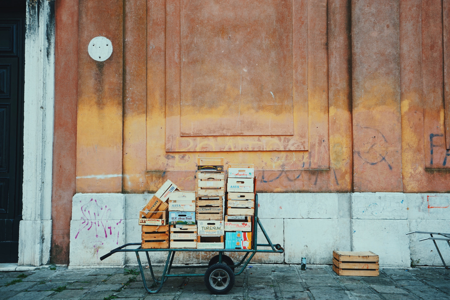 venice-crates-facade-dante-vincent-photography