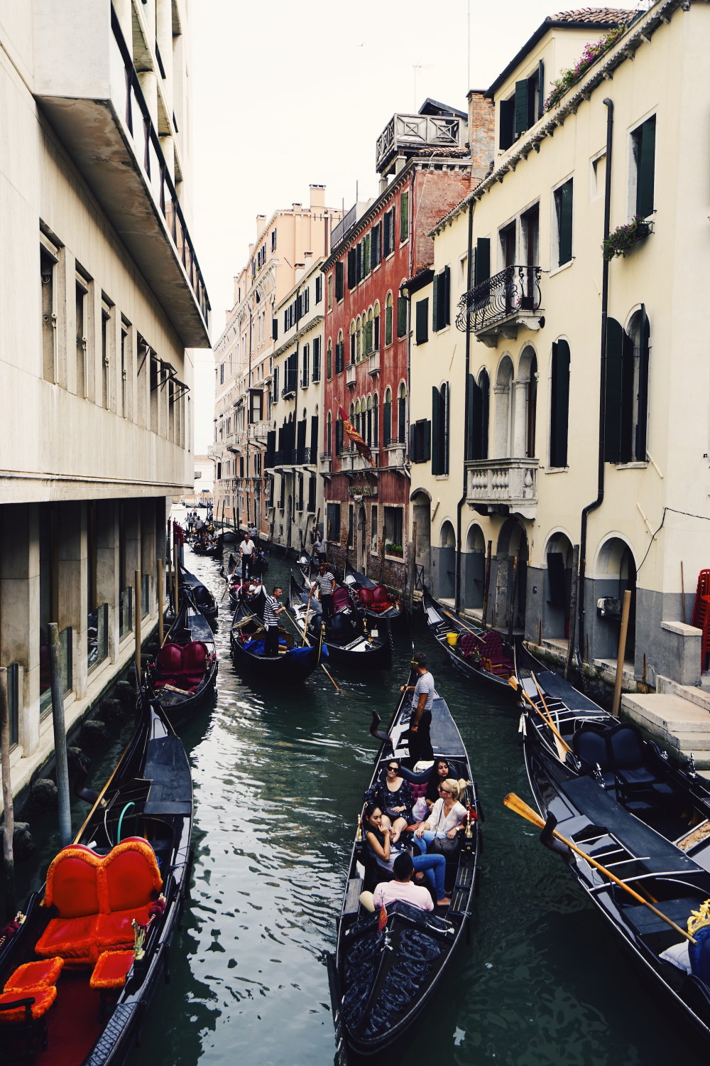venice-gondola-traffic-jam-dante-vincent-photography