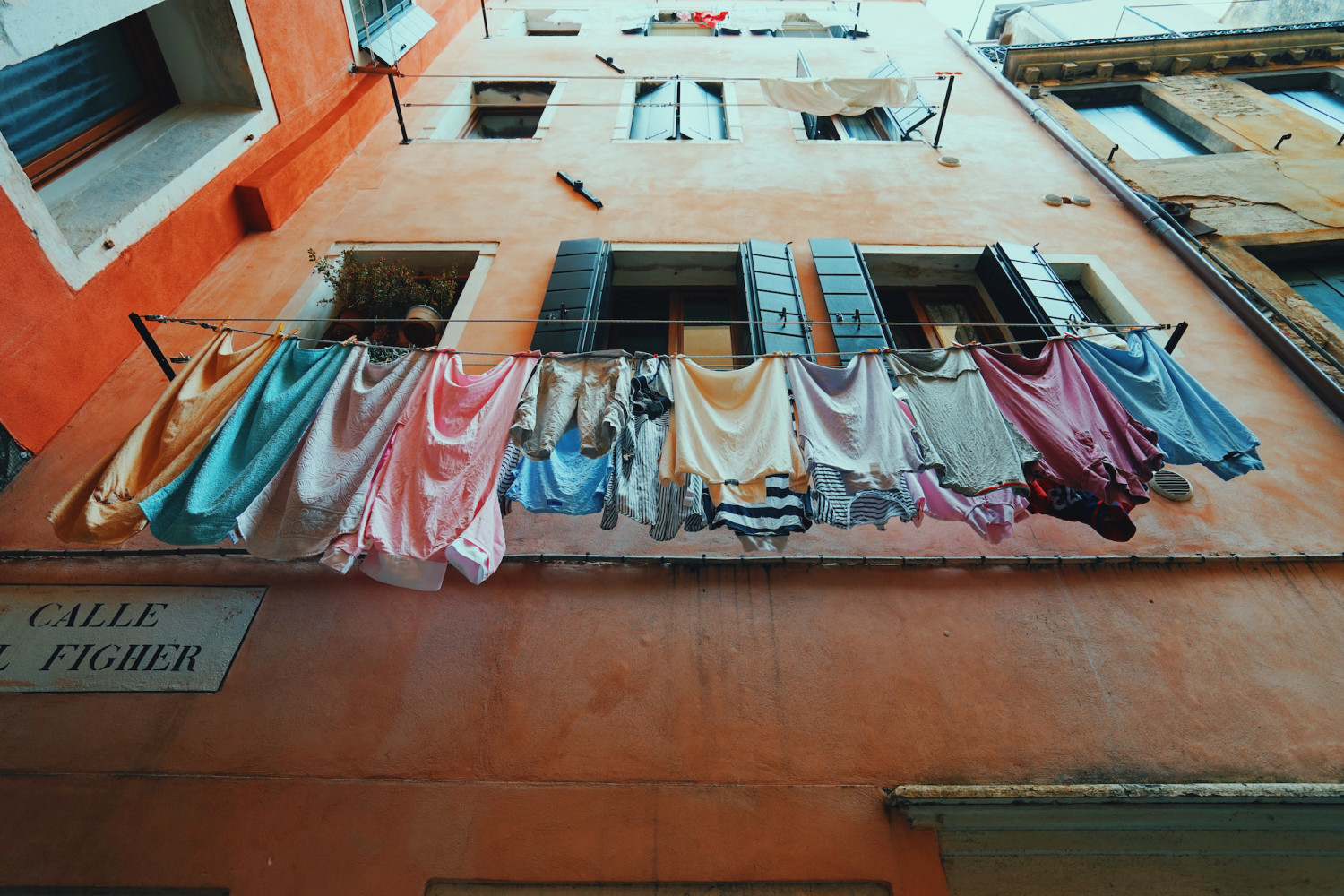 venice-laundry-looking-up-dante-vincent-photography
