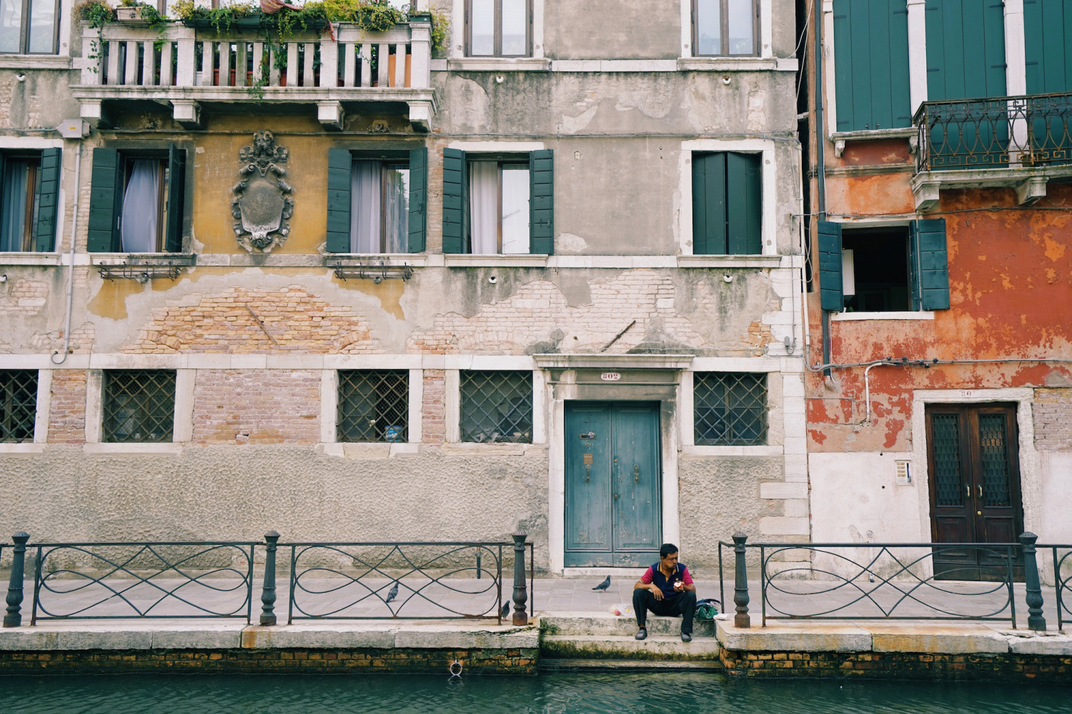 venice-man-eating-dante-vincent-photography
