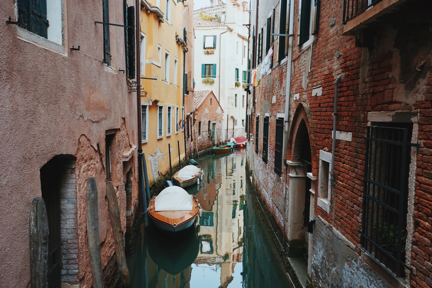 venice-tiny-canal-dante-vincent-photography